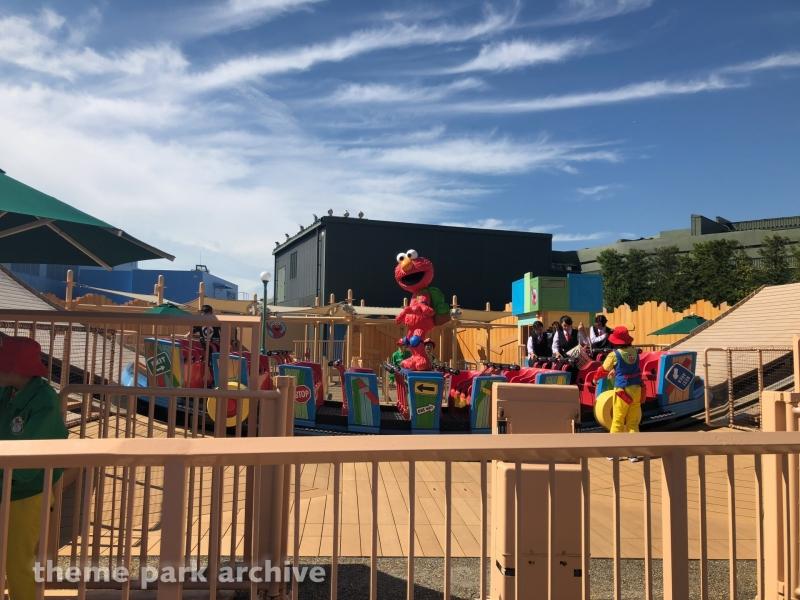 Elmo's Go Go Skateboard at Universal Studios Japan