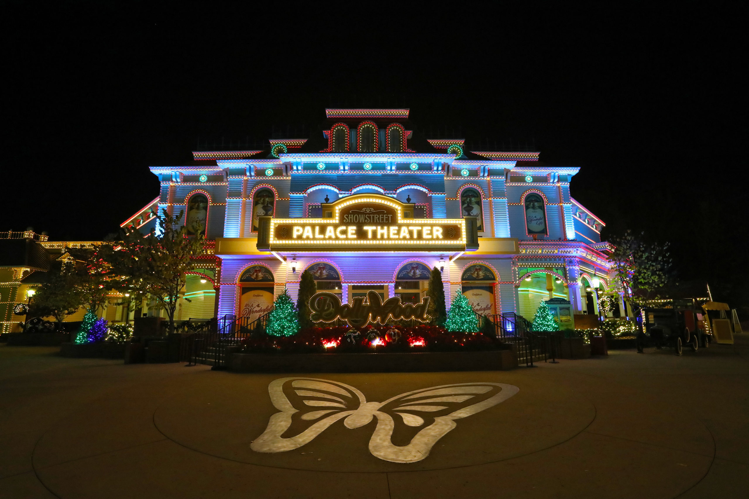 Dollywood's Smoky Mountain Christmas Wraps Families in The Light of the Season